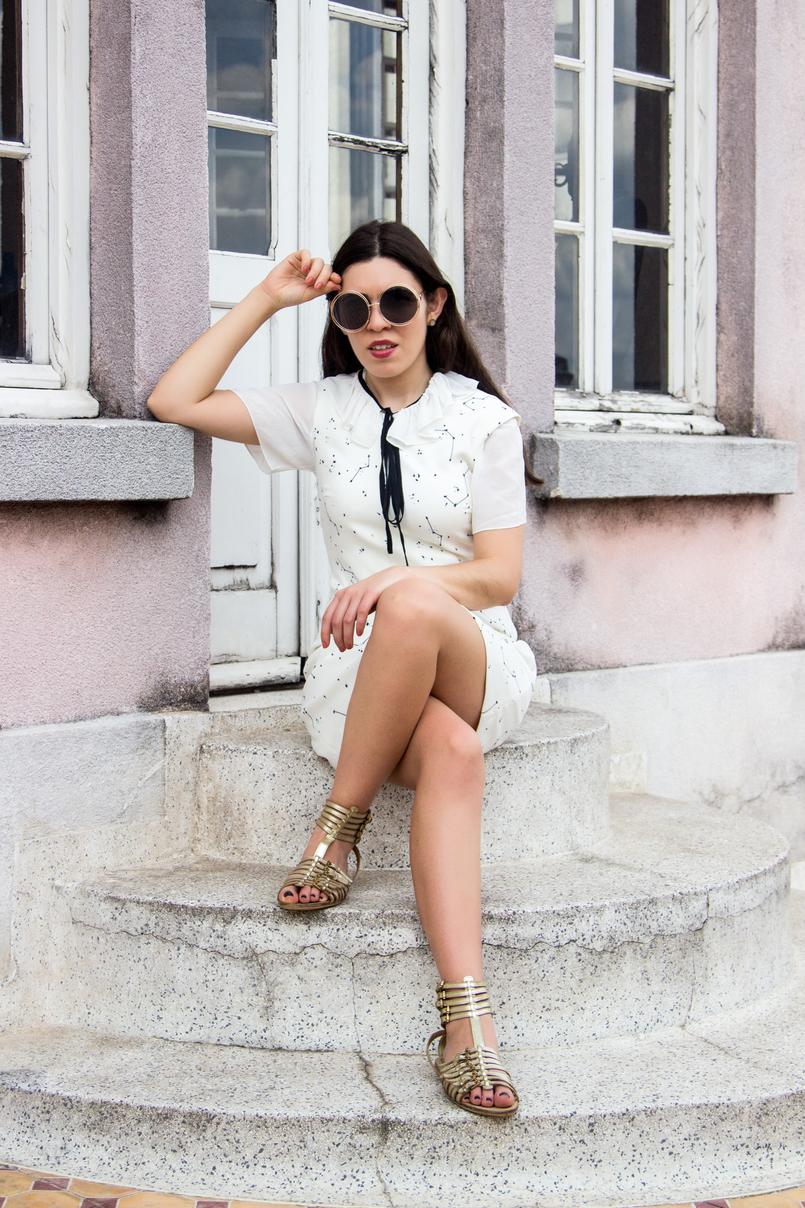 Le Fashionaire De São Paulo, com amor blogueira catarine martins vestido branco estrelas astros branco azul escuro zara camisa manga curta laco branca preta sandalias fivelas douradas zara 5616 PT 805x1208