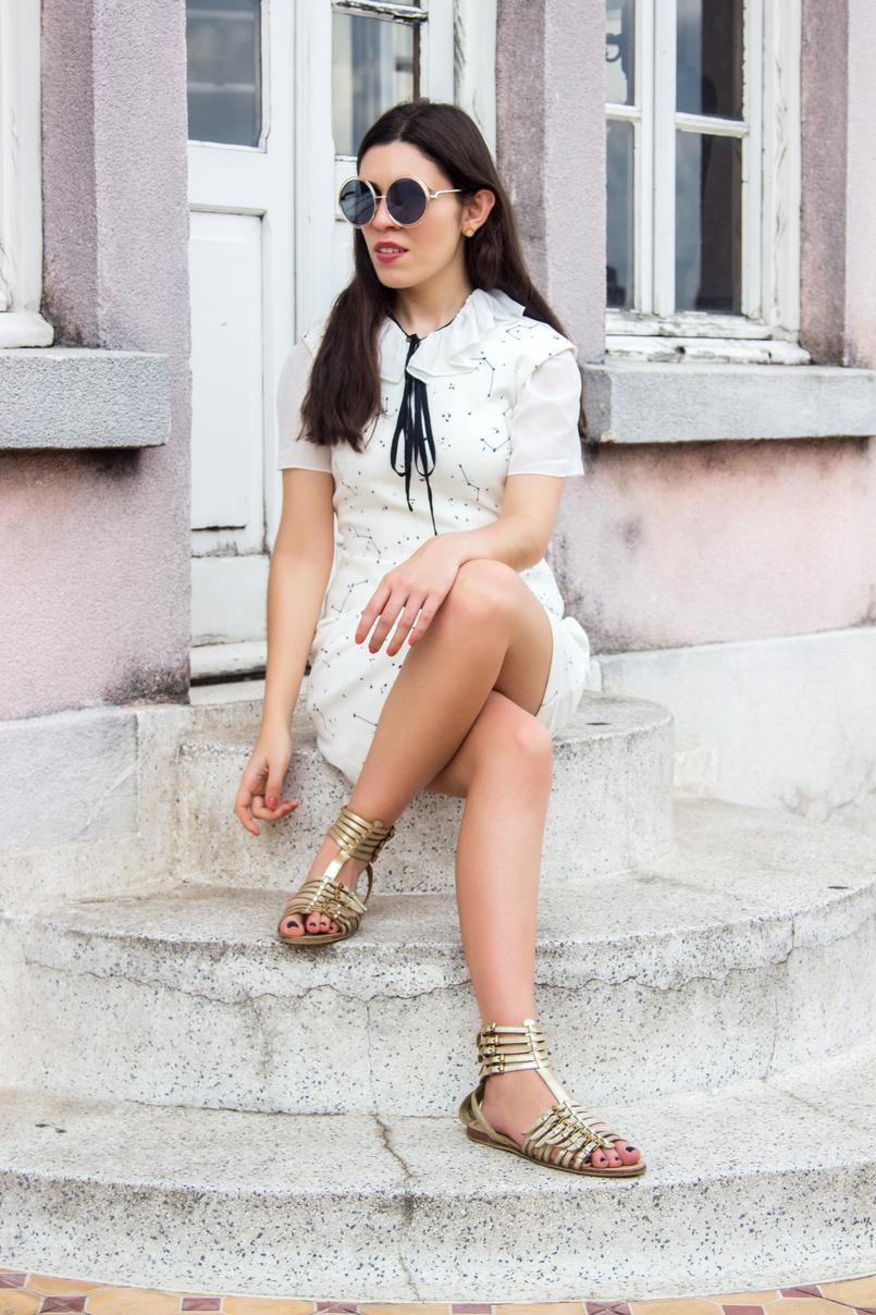 Le Fashionaire De São Paulo, com amor blogueira catarine martins vestido branco estrelas astros branco azul escuro zara oculos sol redondos dourados grandes sandalias fivelas douradas zara 5614 PT 805x1208