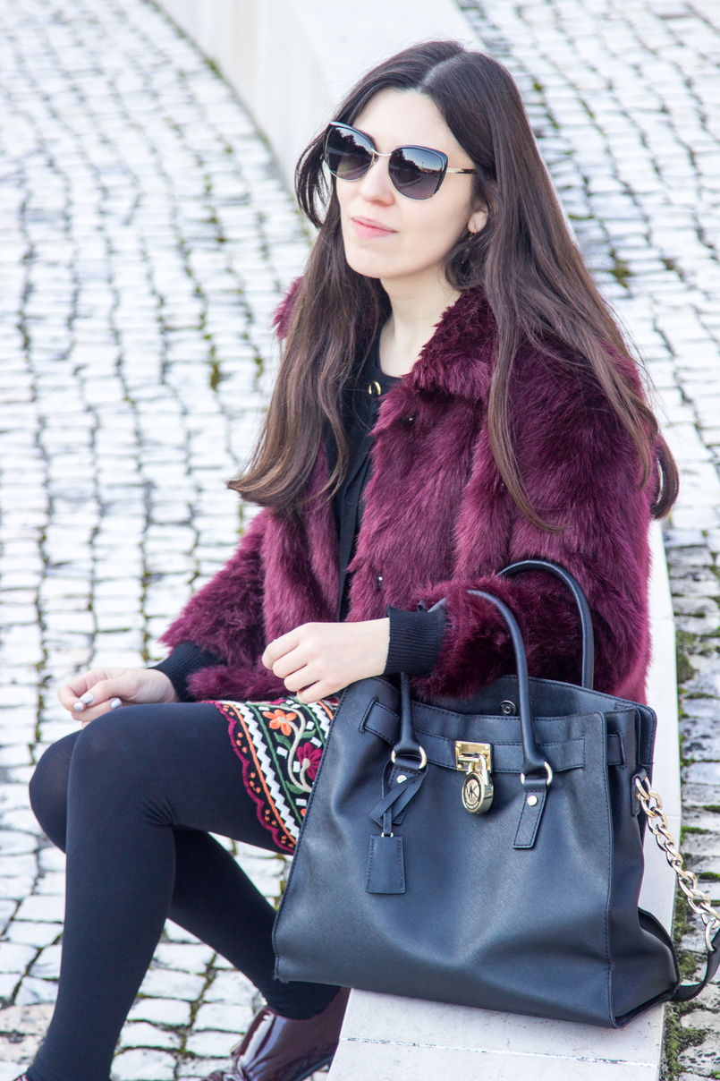 Le Fashionaire The embroidered skirt burgundy faux fur stradivarius coat black gold details wool knit sweater hamilton leather black gold details michael kors bag 3368 EN 805x1208