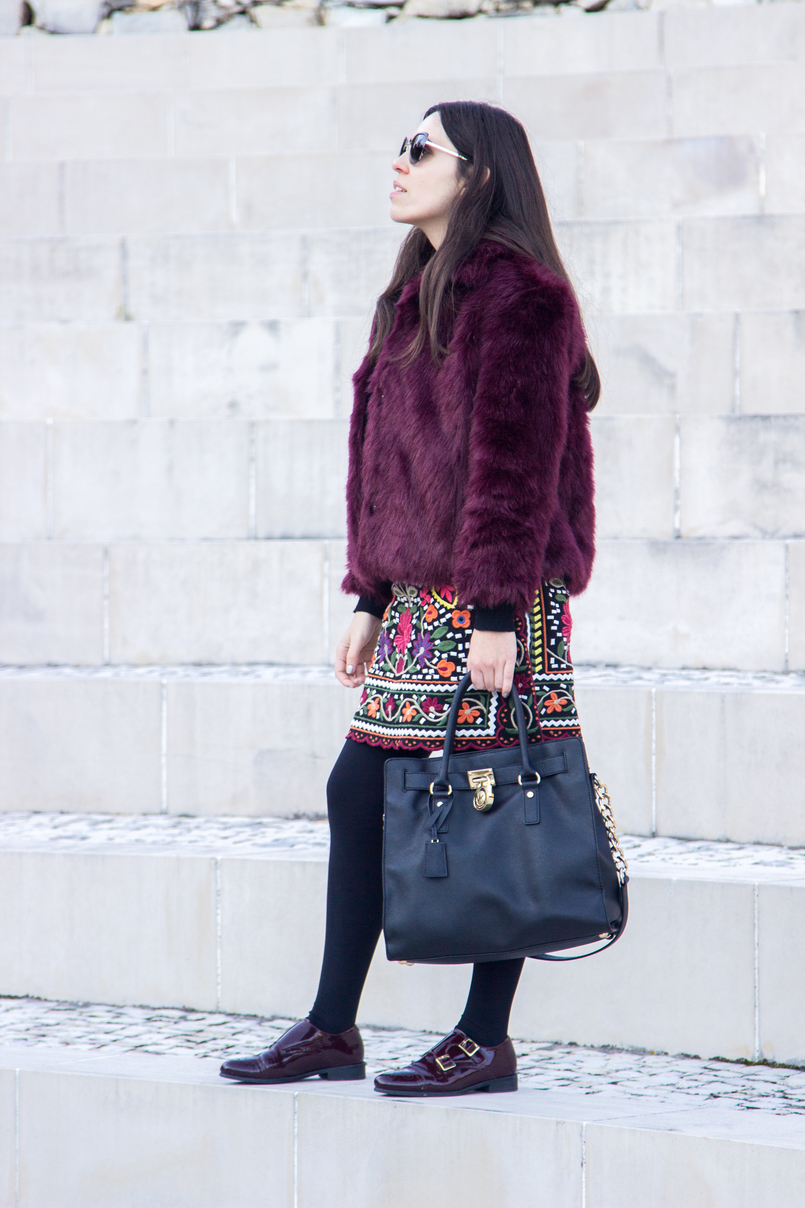 Le Fashionaire The embroidered skirt burgundy faux fur stradivarius coat monks burgundy vinyl leather eureka hamilton leather black gold details michael kors bag 3375 EN 805x1208