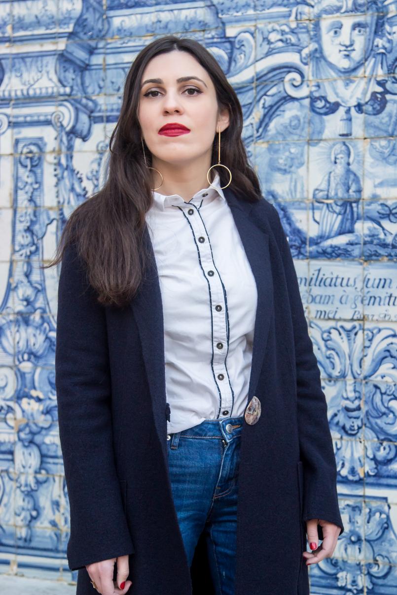 Le Fashionaire Tendência: as cestas de verga casaco azul escuro la virgem sobretudo mango camisa branca preta pormenores bershka brincos compridos circulo dourado hm batom vermelho olivia nars 4584 PT 805x1208