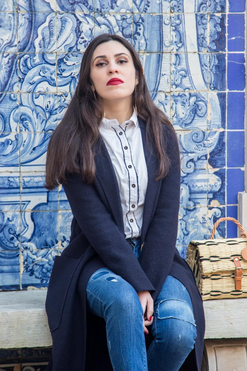 Le Fashionaire Tendência: as cestas de verga casaco azul escuro la virgem sobretudo mango camisa branca preta pormenores bershka calcas ganga clara remendos zara batom vermelho olivia nars 4560 PT 805x1208