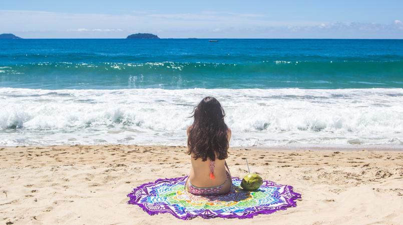 Le Fashionaire Lets go to the beach colorful bikini seventies pattern orange pompom lefties round towel colorful mandala ubatuba felix beach blue sea summer brazil coconut 6458F EN 805x450