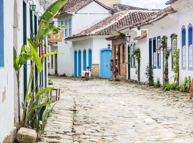 Le Fashionaire 10 reasons why you need to visit Paraty colorful streets real street paraty rio de janeiro brazil 6196 EN 805x595