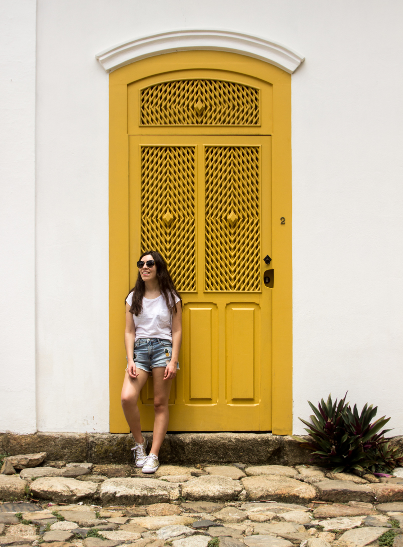Le Fashionaire 10 reasons why you need to visit Paraty denim mini shorts patches pineapple cactus summer bershka gold all stars converse sneakers yellow white cute house paraty rio de janeiro brazil 6191 EN 805x1093