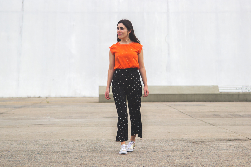 Le Fashionaire Why is it important to be comfortable in your clothing? fashion inspiration orange top gold dots cortefiel oversized polka dots black white zara cropped trousers gold all stars converse sneakers 5682 EN 805x537