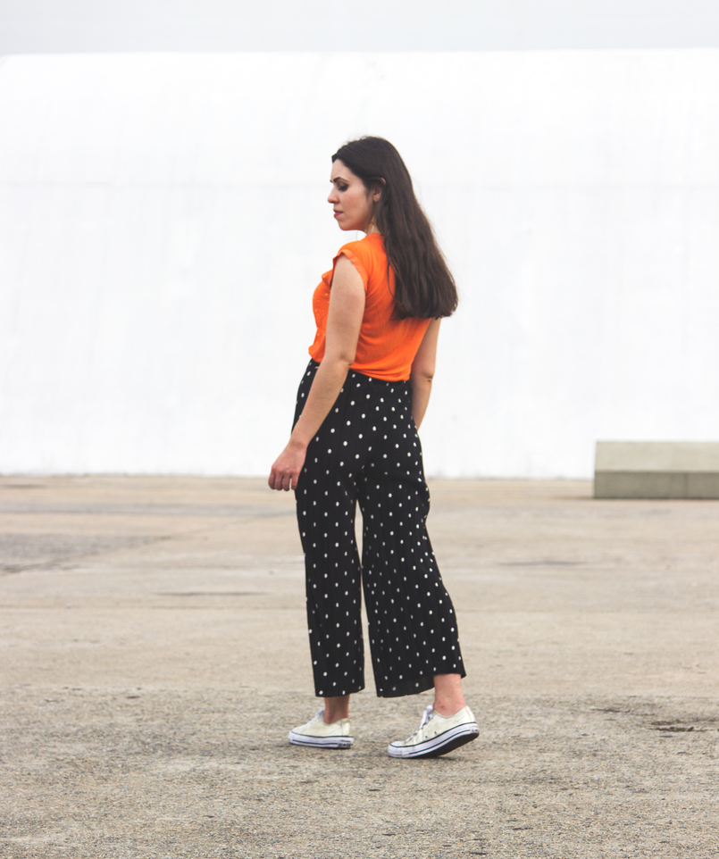 Le Fashionaire Why is it important to be comfortable in your clothing? fashion inspiration orange top gold dots cortefiel oversized polka dots black white zara cropped trousers gold all stars converse sneakers 5700 EN 805x962