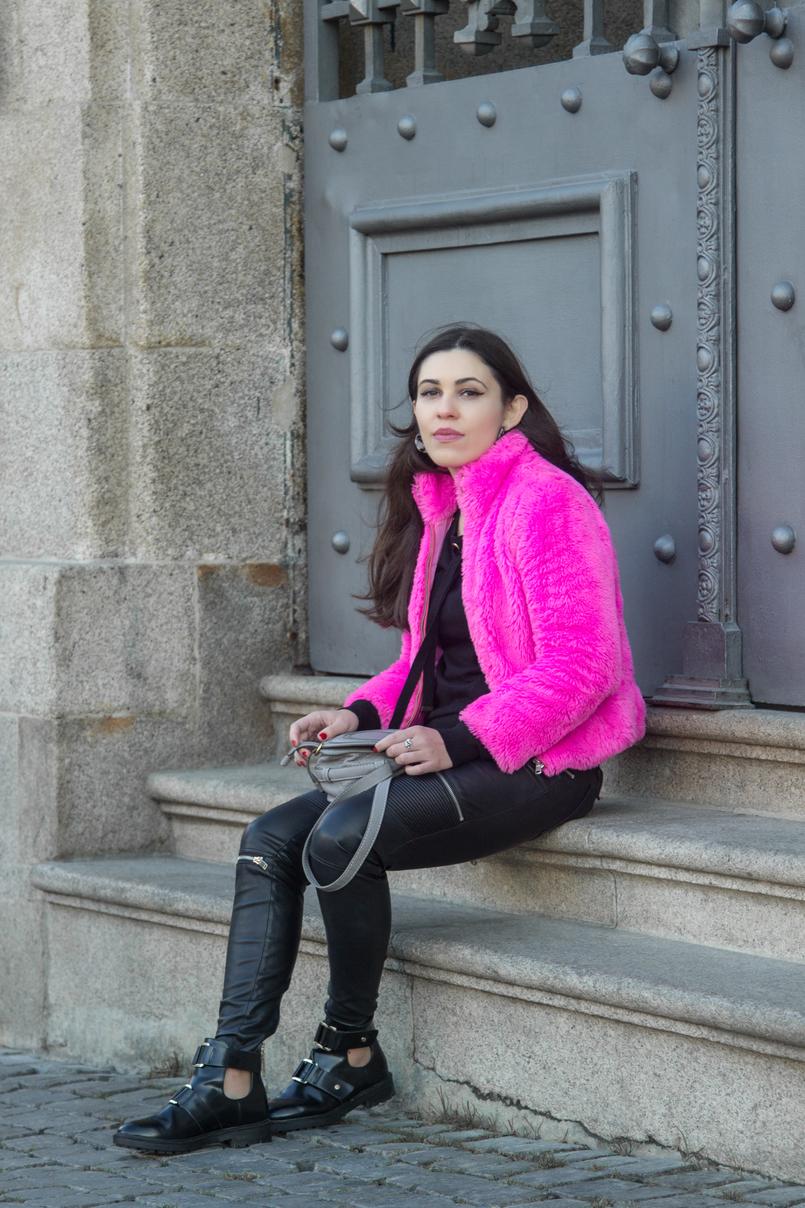 Le Fashionaire Lalaland faux fur pink benetton fluffy winter coat biker zipper trousers black zara black stradivarius opened gold details black ankle boots 4794 EN 805x1208
