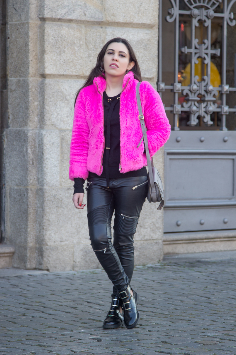 Le Fashionaire Lalaland faux fur pink benetton fluffy winter coat biker zipper trousers black zara black stradivarius opened gold details black ankle boots 4806 EN 805x1208