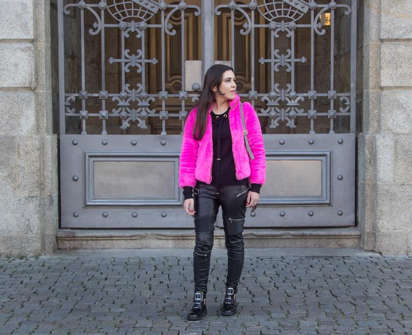 Le Fashionaire Lalaland faux fur pink benetton fluffy winter coat biker zipper trousers black zara black stradivarius opened gold details black ankle boots 4818 EN 805x655