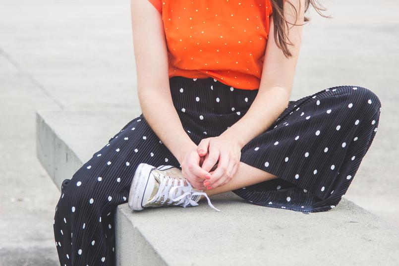 Le Fashionaire Porque é que devemos usar roupa confortável? moda inspiracao top laranja bolinhas douradas cortefiel calcas largas crepe cropped pretas bolas brancas zara sapatilhas douradas converse all stars 5735 PT 805x537