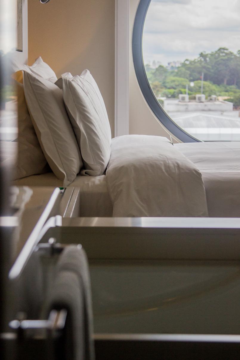 Le Fashionaire Hotel Unique quarto cama almofadas janela redonda hotel unique sao paulo 5879 PT 805x1208