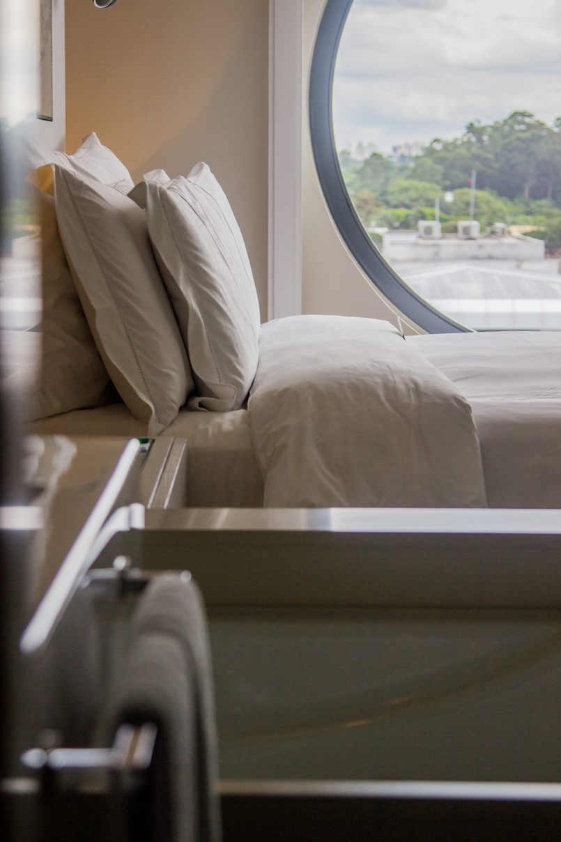 Le Fashionaire Unique Hotel room bed pillows round window hotel unique sao paulo 5879 EN 805x1208