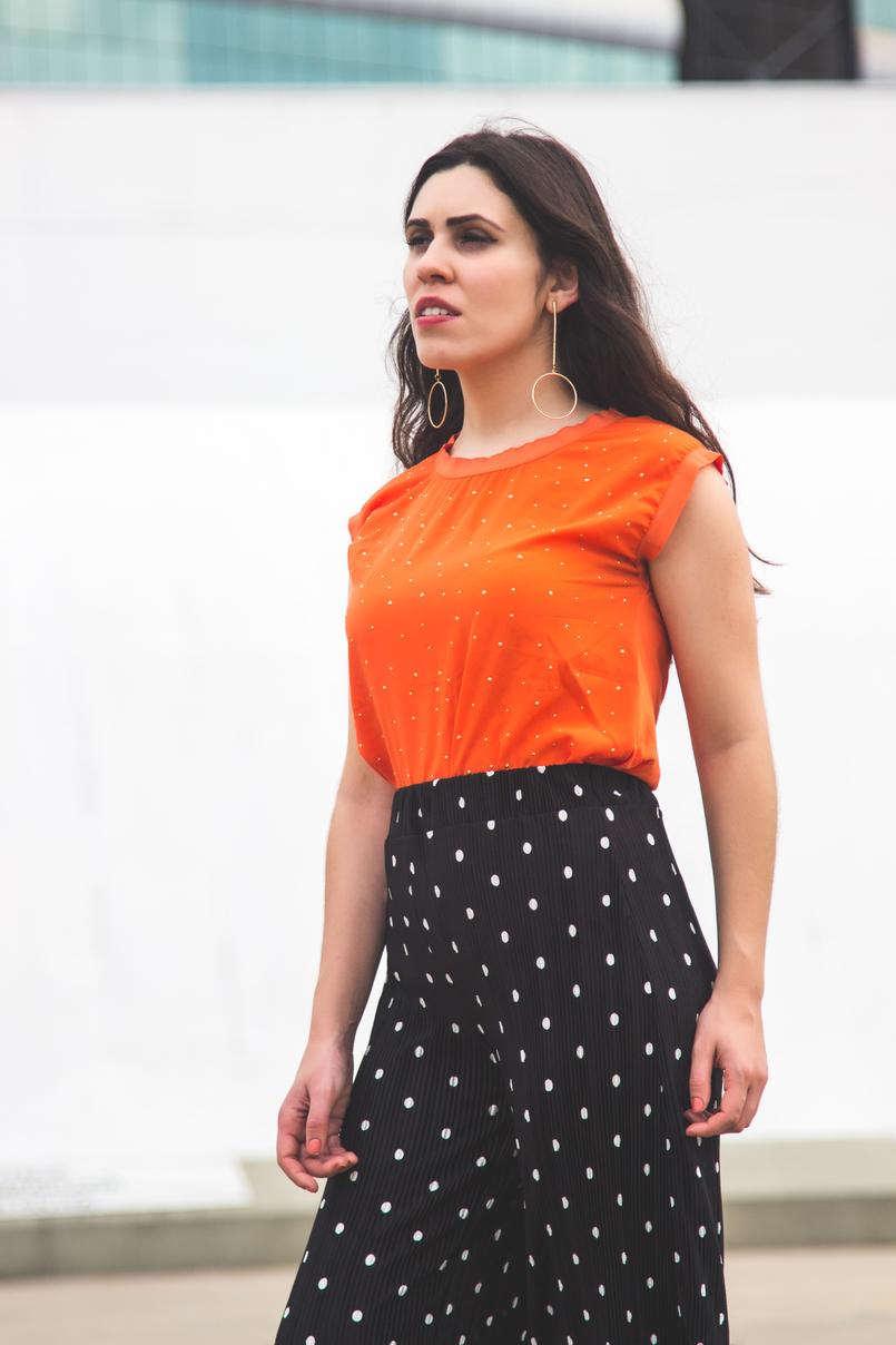Le Fashionaire Porque é que devemos usar roupa confortável? top laranja bolinhas douradas cortefiel calcas largas crepe cropped pretas bolas brancas zara brincos compridos circulo argola dourada hm 5689 PT 805x1208