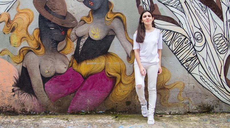 Le Fashionaire Arte Urbana no Beco do Batman tshirt branca detalhes galoes dourados ombros zara calcas brancas rasgoes skinny mango graffiti beco batman sao paulo 5452F PT 805x450