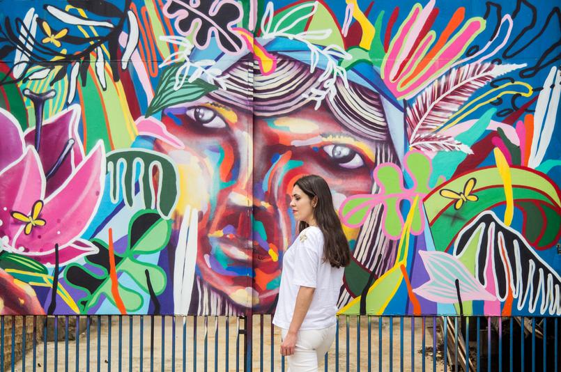 Le Fashionaire Arte Urbana no Beco do Batman tshirt branca detalhes galoes dourados ombros zara calcas brancas rasgoes skinny mango graffiti beco batman sao paulo 5467 PT 805x534