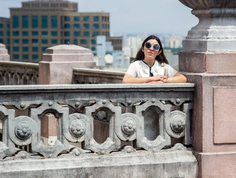 Le Fashionaire De São Paulo, com amor vestido branco estrelas astros branco azul escuro zara camisa manga curta laco branca preta oculos sol redondos dourados grandes 5579 PT 805x608