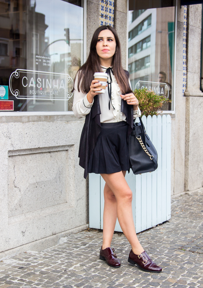 Le Fashionaire Casinha Boutique Cafe white black bow zara victorian shirt black plated zara shorts black leather like vest burgundy monks eureka shoes casinha boutique cafe 7627 EN 805x1143
