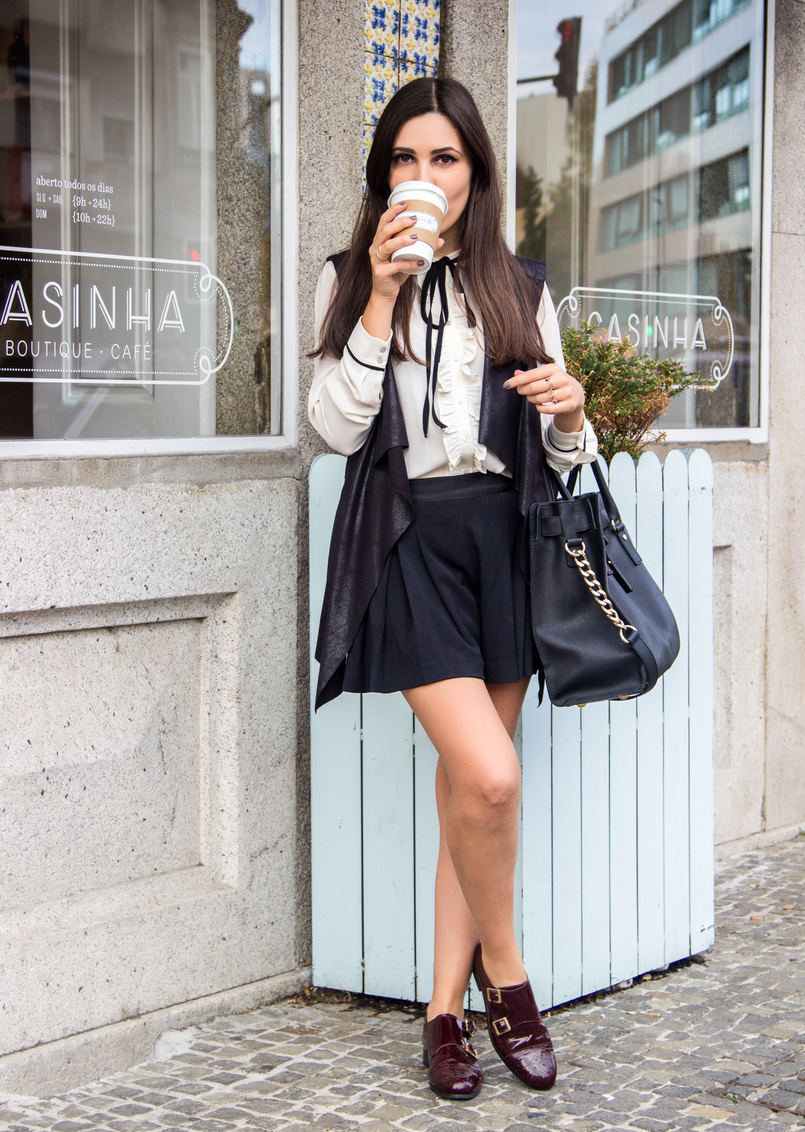 Le Fashionaire Casinha Boutique Cafe white black bow zara victorian shirt black plated zara shorts black leather like vest burgundy monks eureka shoes casinha boutique cafe 7630 EN 805x1132