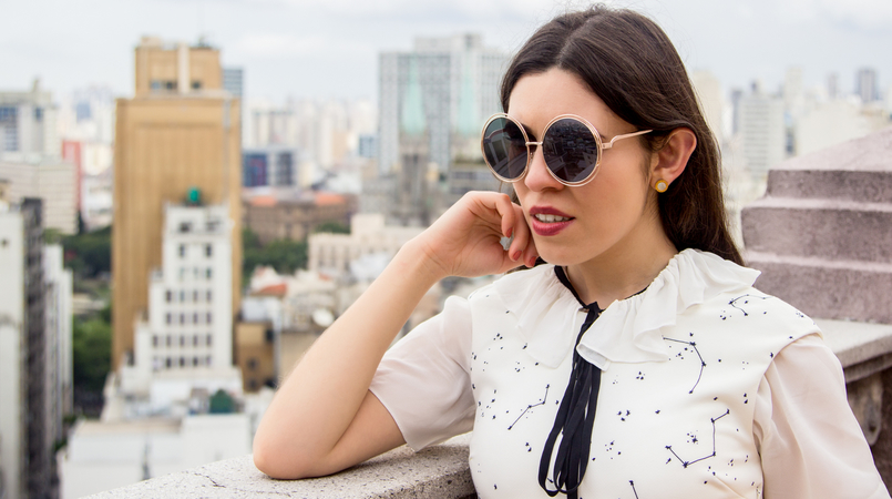 Le Fashionaire From Sao Paulo with love white stars planets dark blue printed zara dress white blouse black bow zara gold round bold sunnies 5606F EN 805x450