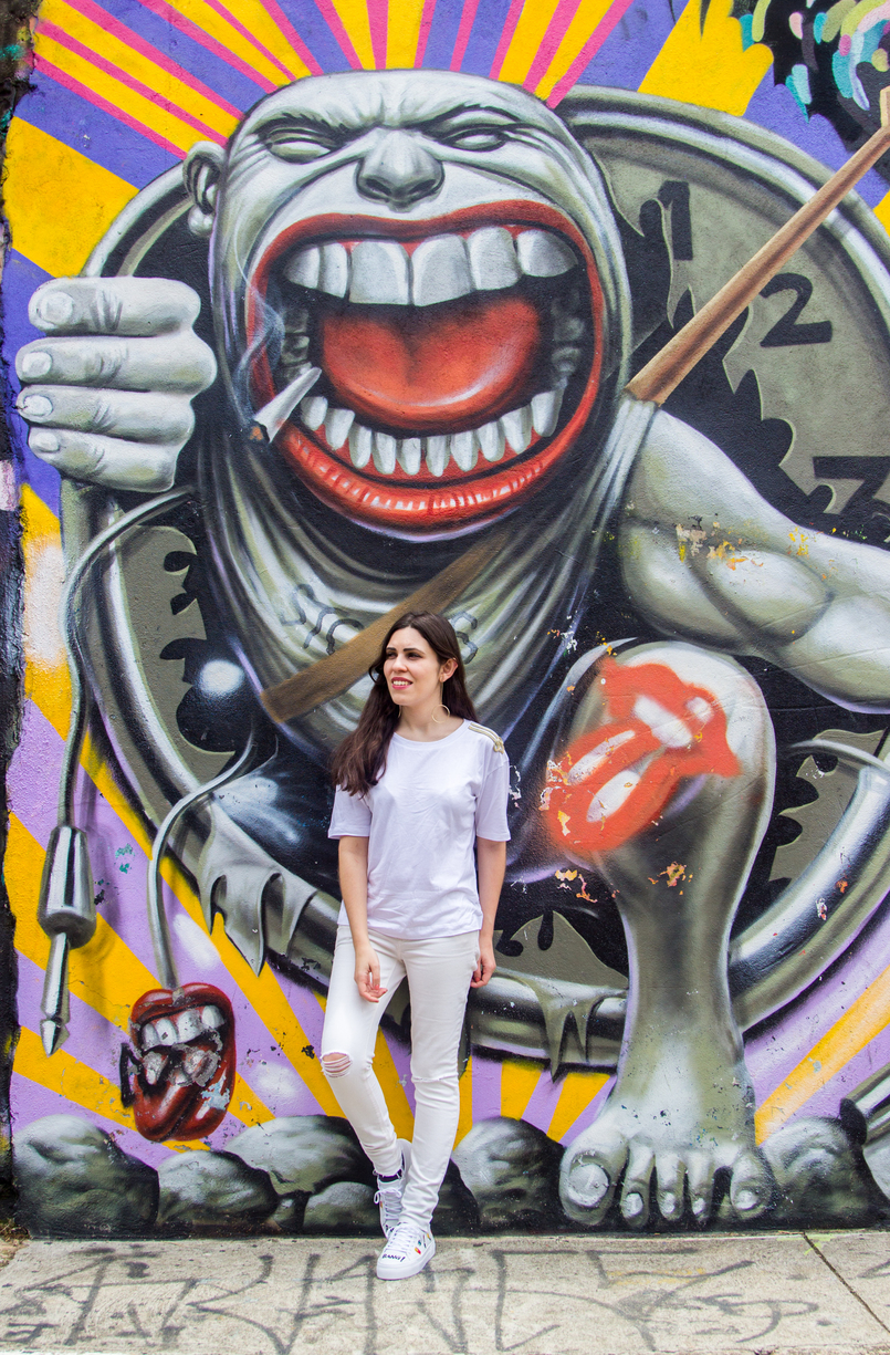 Le Fashionaire Street Art at Beco do Batman white tee gold military shoulder details zara white ripped skinny jeans mango graffiti beco batman sao paulo 5451 EN 805x1225