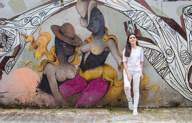 Le Fashionaire Street Art at Beco do Batman white tee gold military shoulder details zara white ripped skinny jeans mango graffiti beco batman sao paulo 5452 EN 805x517