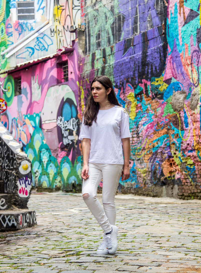Le Fashionaire Street Art at Beco do Batman white tee gold military shoulder details zara white ripped skinny jeans mango graffiti beco batman sao paulo 5502 EN 805x1093