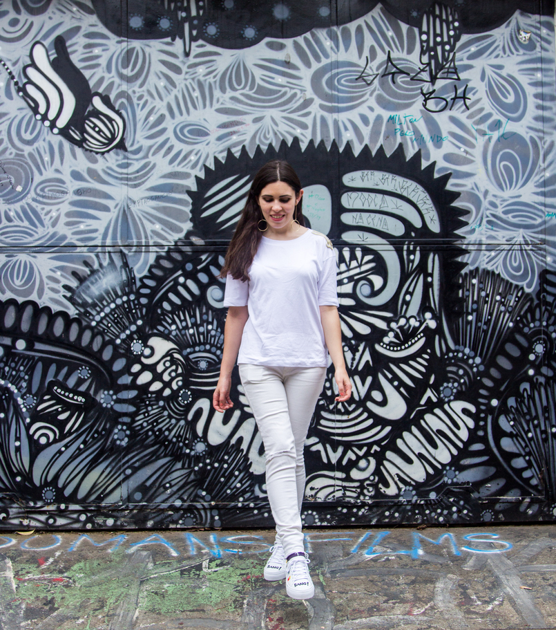 Le Fashionaire Street Art at Beco do Batman white tee gold military shoulder details zara white ripped skinny jeans mango graffiti beco batman sao paulo 5537 EN 805x911