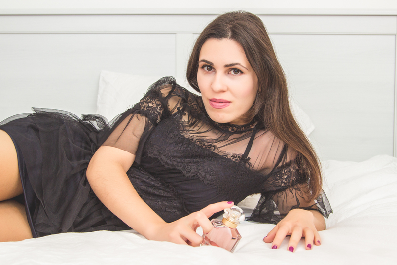 Le Fashionaire Mon Guerlain blogger catarine martins fashion inspiration black ruffles lace feminine new season zara dress pale pink bottle perfume mon guerlain 1434 EN 805x537