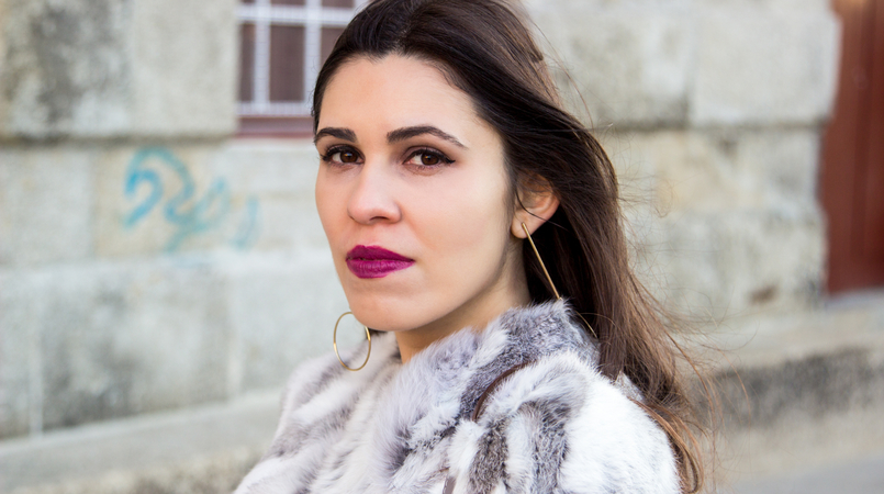 Le Fashionaire Hope blogger catarine martins fashion inspiration fur gray white sfera beautiful coat bold long gold hm hoop earrings 4238F EN 805x450