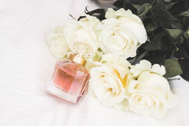Le Fashionaire Mon Guerlain blogger catarine martins fashion inspiration pale pink bottle perfume mon guerlain white roses 1395 EN 805x539