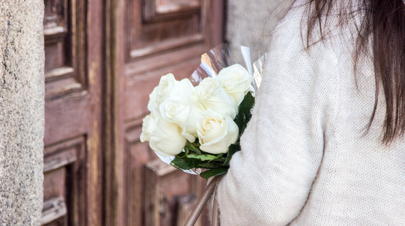 Le Fashionaire March is for fresh flowers blogger catarine martins fashion inspiration white nude wool maxi cardigan white beautiful fresh roses 3792F EN 805x450
