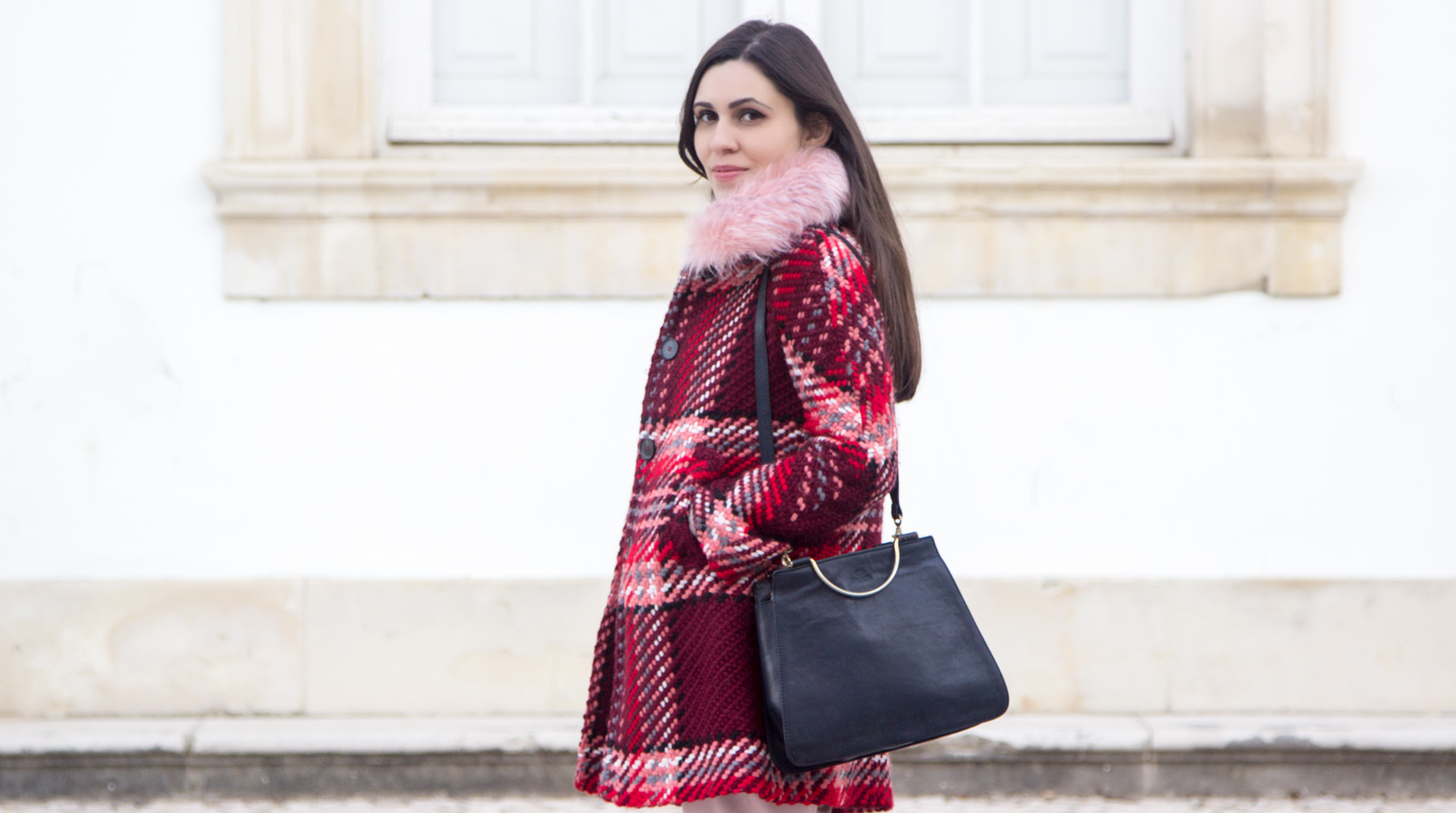 Le Fashionaire How to wear the red and pink trend blogger catarine martins fashion inspiration wool coat outerwear zara red pin trend black vintage bag silver hoop 6585F EN