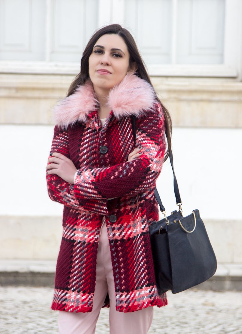 Le Fashionaire How to wear the red and pink trend blogger catarine martins wool coat outerwear zara red pin trend pink sporty baggy zara trousers black vintage bag silver hoop 6590 EN 805x1109