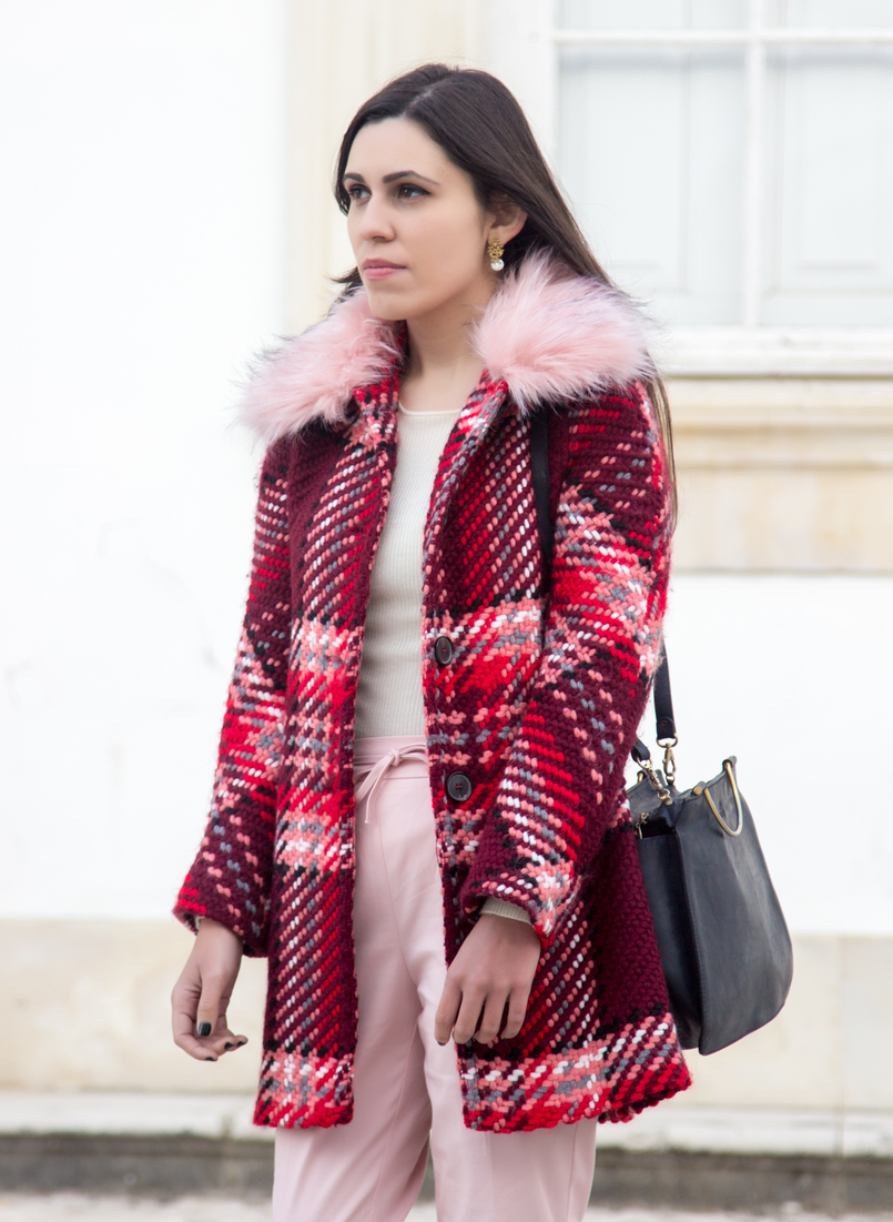 Le Fashionaire How to wear the red and pink trend blogger catarine martins wool coat outerwear zara red pin trend pink sporty baggy zara trousers black vintage bag silver hoop 6600 EN 805x1101