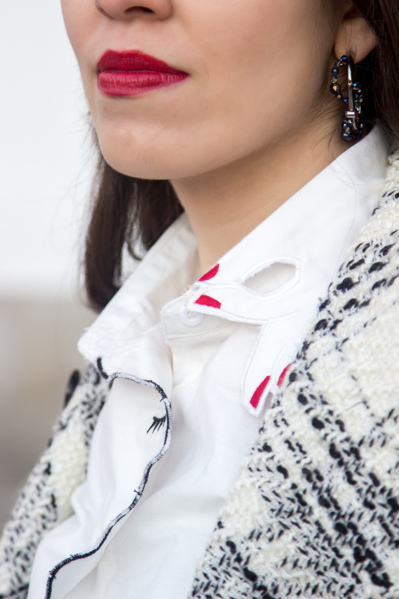 Le Fashionaire Como conseguir um look elegante com meias de rede blogueira catarine martins moda inspiracao camisa branca cara vermelha gola shein brincos argolas pretos cristal swarovski 3963 PT 805x1208