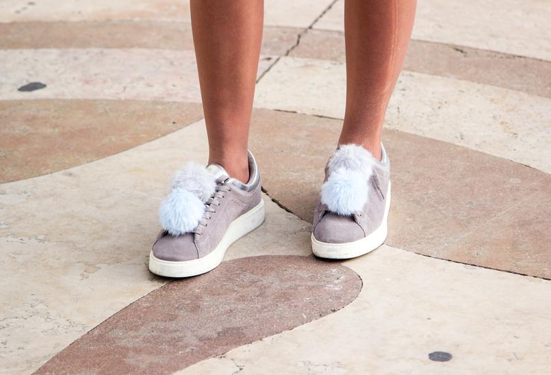 Le Fashionaire Todos devemos ser feministas? blogueira catarine martins moda inspiracao sapatilhas cinzentas pele pompom branco azul claro zara 6691 PT 805x548