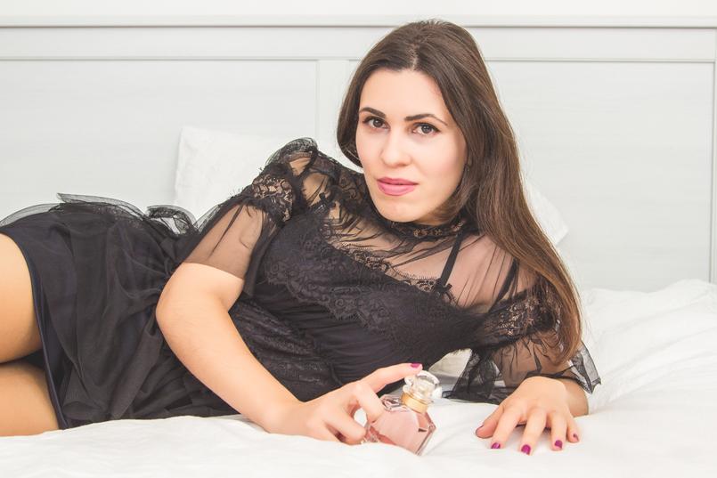 Le Fashionaire Mon Guerlain blogueira catarine martins moda inspiracao vestido preto manga curta renda folhos nova colecao zara perfume frasco rosa bonito mon guerlain 1434 PT 805x537