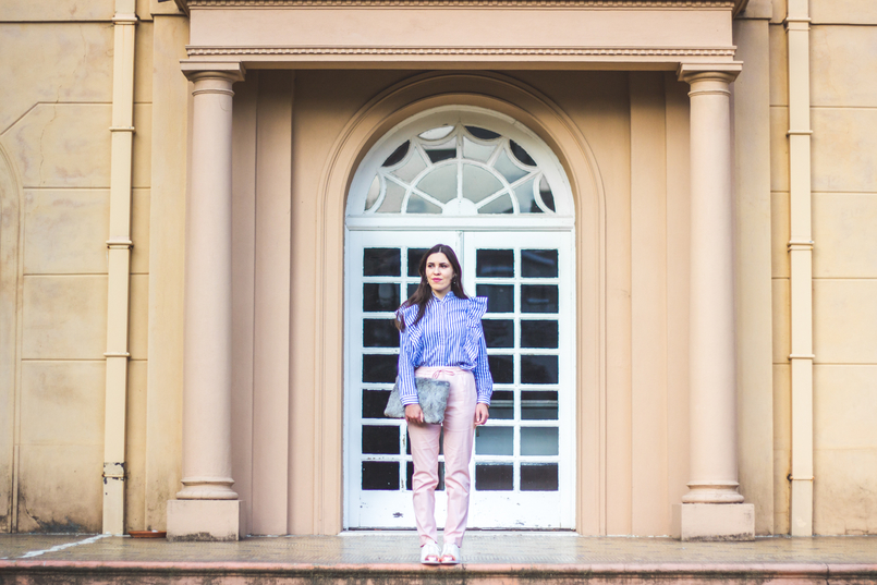 Le Fashionaire Silêncio calcas rosa claro baggy sporty zara sapatilhas brancas camurca ponta dourada metal adidas super star clutch cinza pelo sfera 1907 PT 805x537