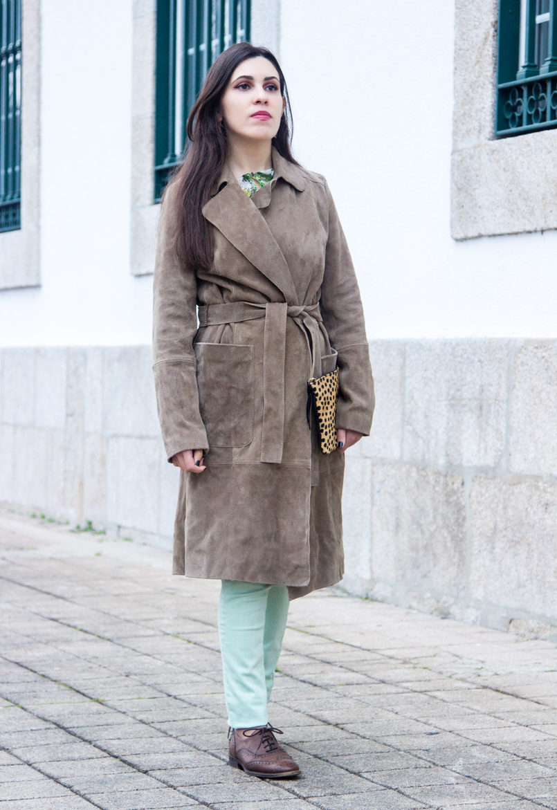 Le Fashionaire Be yourself! camel brown mango leather trench coat mint pale green skinny zara trousers brown oxford zara shoes flowers green white zara blouse 7130 EN 805x1171