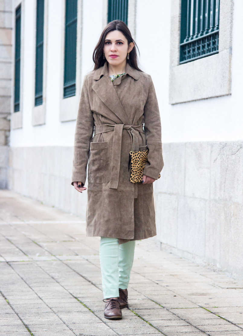 Le Fashionaire Be yourself! camel brown mango leather trench coat mint pale green skinny zara trousers brown oxford zara shoes flowers green white zara blouse 7152 EN 805x1110