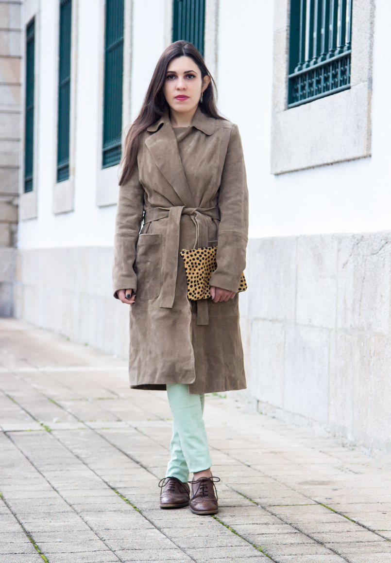 Le Fashionaire Be yourself! camel brown mango leather trench coat mint pale green skinny zara trousers brown oxford zara shoes flowers green white zara blouse 7159 EN 805x1158