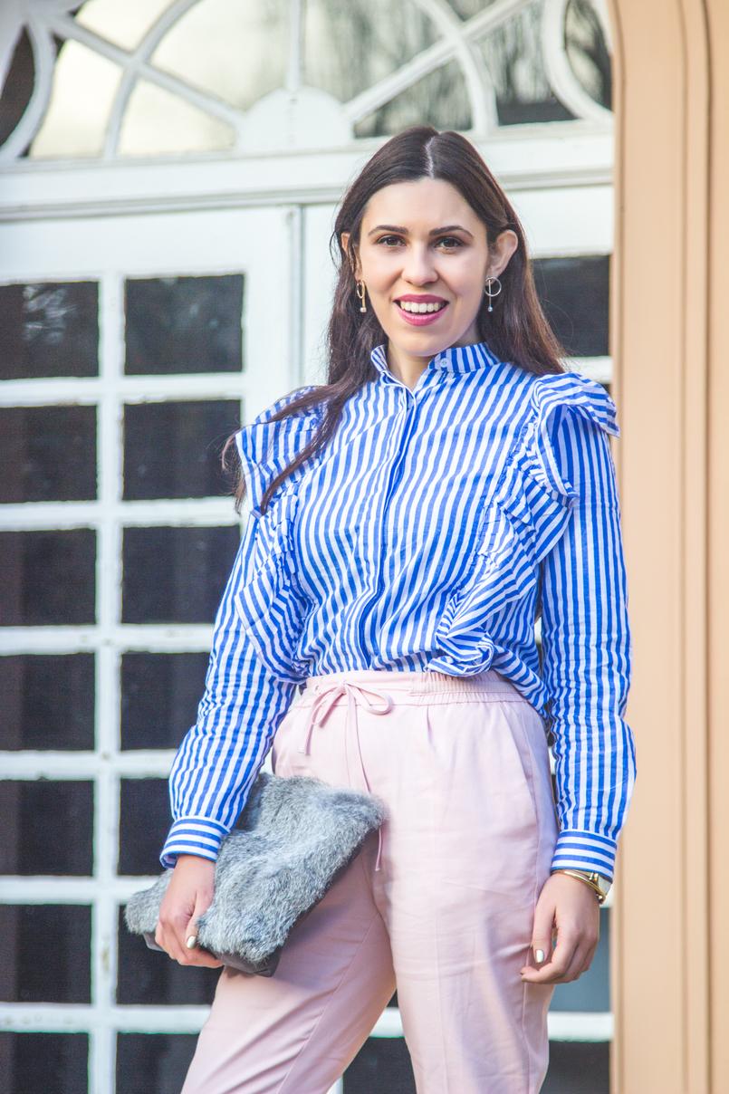 Le Fashionaire Silêncio camisa riscas azul branca shein folhos calcas rosa claro baggy sporty zara clutch cinza pelo sfera brincos argolas perola dourado hm 1857 PT 805x1208