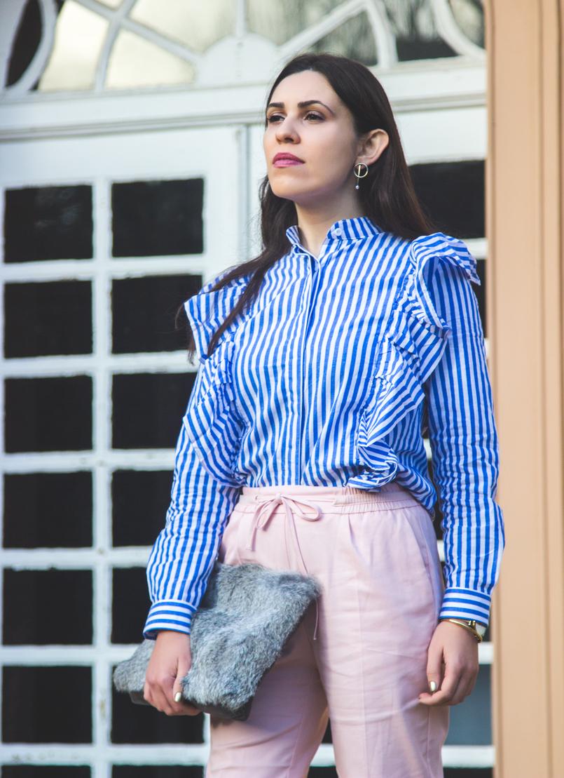 Le Fashionaire Silêncio camisa riscas azul branca shein folhos calcas rosa claro baggy sporty zara clutch cinza pelo sfera brincos argolas perola dourado hm 1858 PT 805x1109