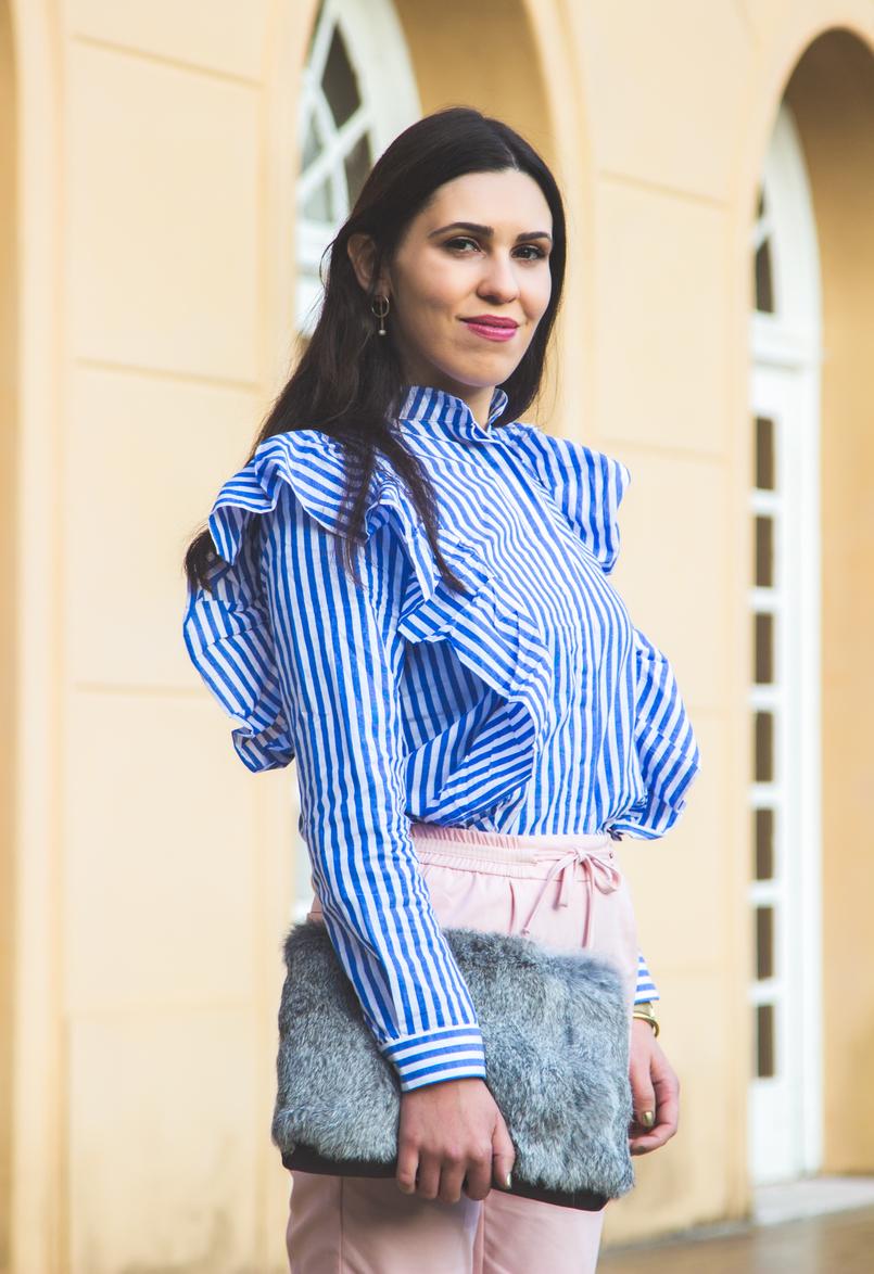 Le Fashionaire Silêncio camisa riscas azul branca shein folhos calcas rosa claro baggy sporty zara clutch cinza pelo sfera brincos argolas perola dourado hm 1873 PT 805x1174