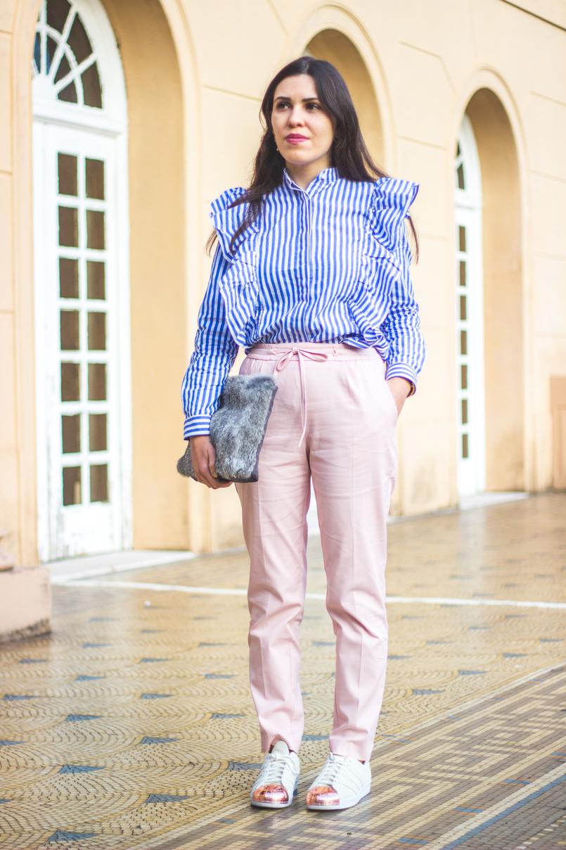 Le Fashionaire Silêncio camisa riscas azul branca shein folhos calcas rosa claro baggy sporty zara sapatilhas brancas camurca ponta dourada metal adidas super star 1882 PT 805x1208