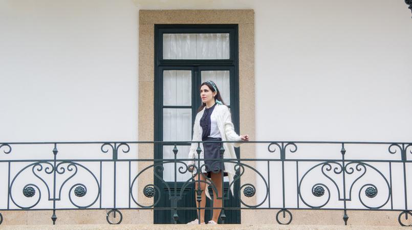 Le Fashionaire É preciso deixar ir casaco branco assimetrico la antigo saia preta polipele botoes frente zara camisa preta branca laco zara lenco azul padroes just cavalli 7802F PT 805x450