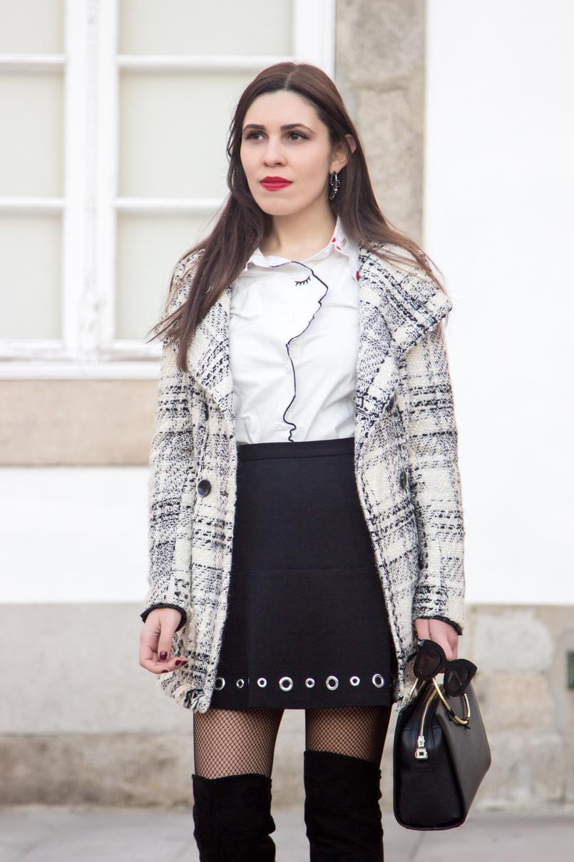 Le Fashionaire Como conseguir um look elegante com meias de rede casaco xadrez inverno tweed zara camisa branca cara vermelha gola shein mini saia preta tachas michael kors collants meias rede fishnets calzedonia 3924 PT 805x1208