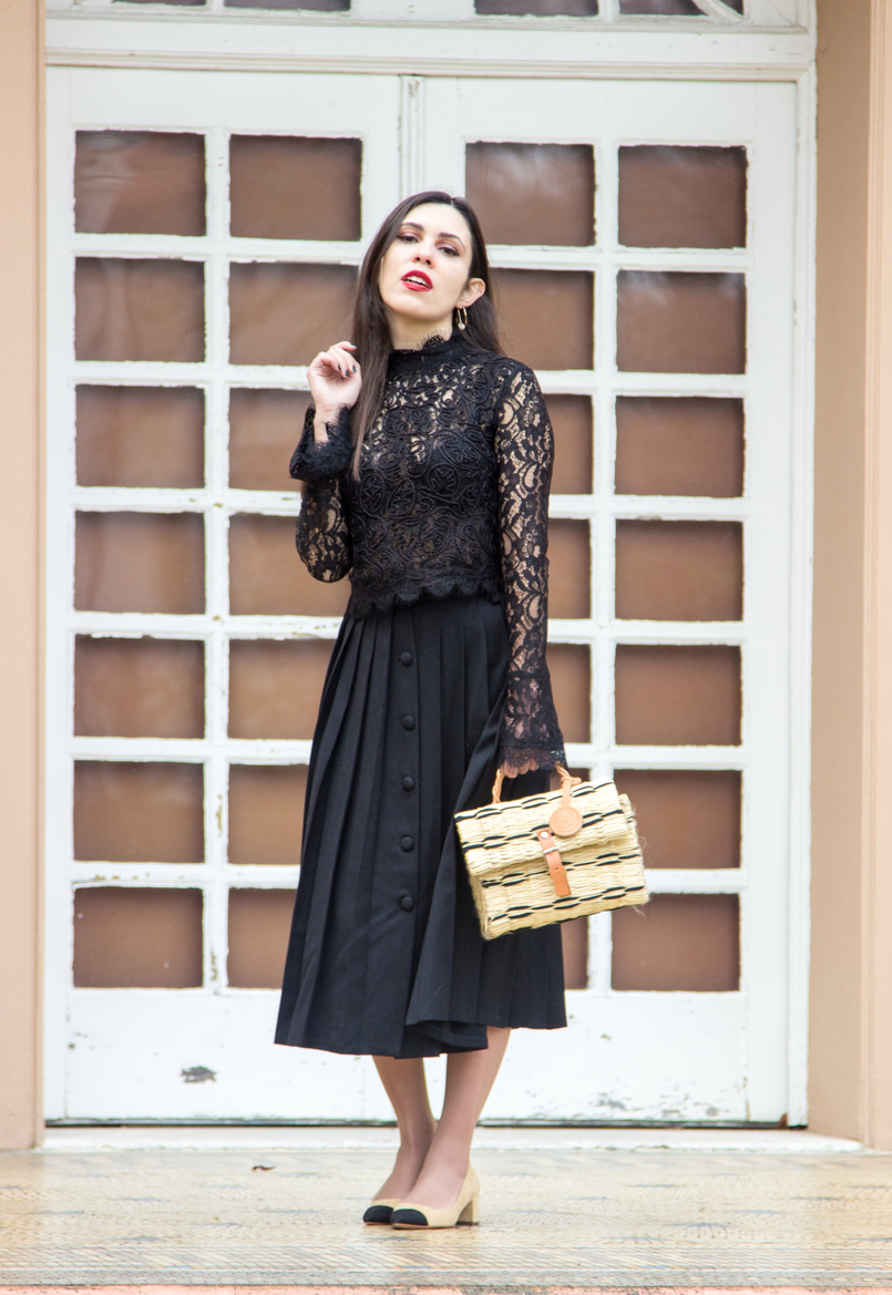 Le Fashionaire A skirt with history fashion inspiration midi black vintage buttons pleated skirt gold hoop pearl detail hm earrings straw trendy basket black leather buckle toino abel 7049 EN 805x1169