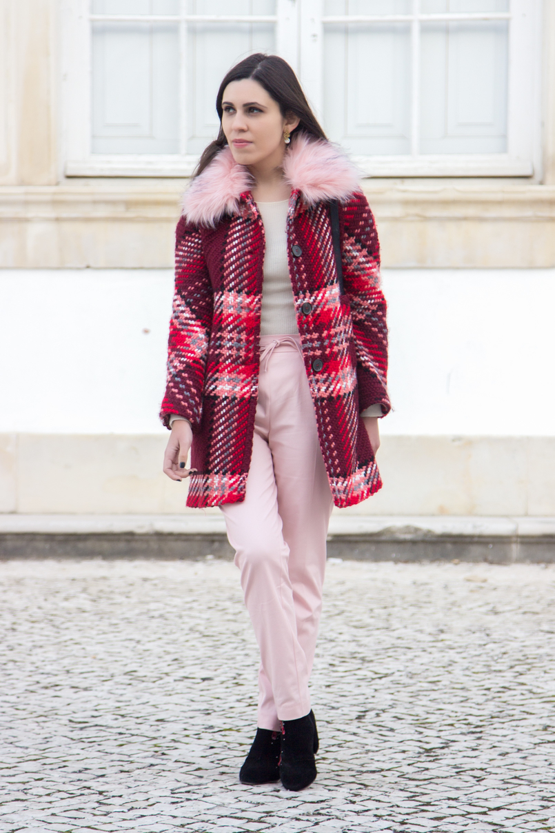 Le Fashionaire How to wear the red and pink trend fashion inspiration wool coat outerwear zara red pin trend pink sporty baggy zara trousers black embroidered red flowers ankle boots stradivarius 6587 EN 805x1208